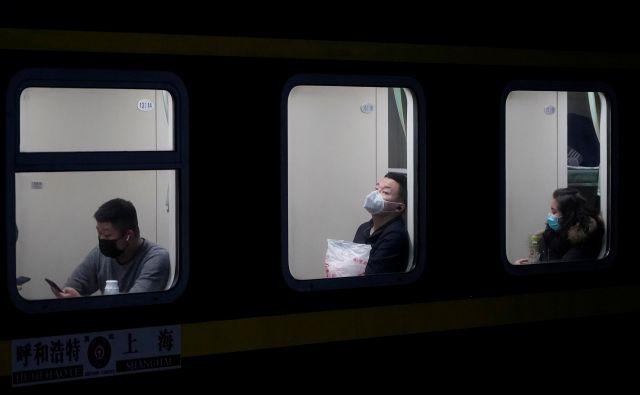 Za zdaj nihče ne povzroča panike, vendar vsi priporočajo previdnost, kadar kdo potuje v osrednji del Kitajske. FOTO: Reuters