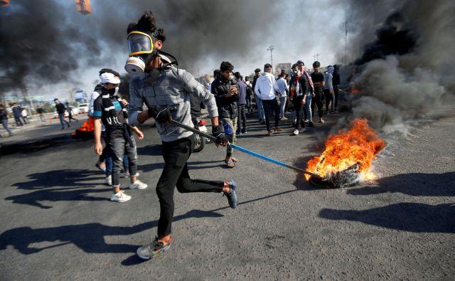 V zadnjih dneh so ulice Bagdada in drugih iraških mest v plamenih. FOTO: Reuters