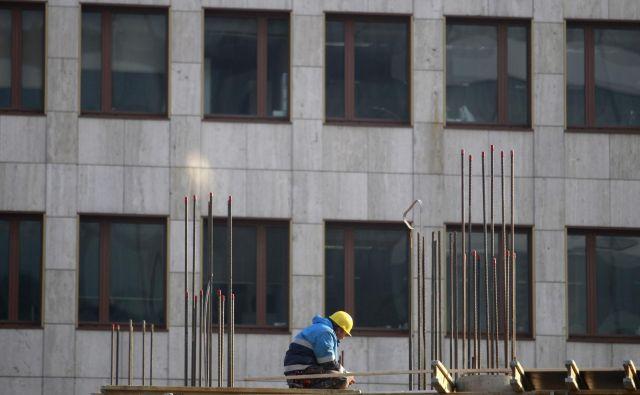 Delo v gradbeništvu je med najbolj napornimi deli pri nas, pogoje dela otežuje še vreme. FOTO: Roman Šipić/Delo