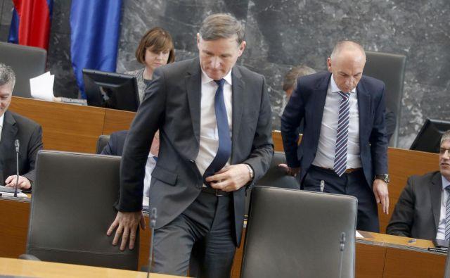 V poslanski skupini LMŠ so tokrat med svojimi ministri upoštevali zdravstvenega (na fotografiji drugi z desne) in preslišali finančnega (spredaj). FOTO: Roman Šipić/Delo