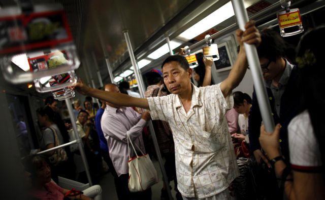 Mestne oblasti so prosile meščane, naj jim posredujejo fotografije neciviliziranega obnašanja, v zameno za namige pa bi dobili deset juanov (1,3 evra). FOTO: Reuters