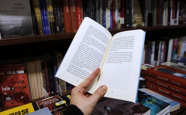 Koliko časa pa bo trajalo, preden se knjiga znajde v knjižnicah? To se zna zavleči v pomlad. Pa si mislim, samo da bo. Foto Blaž Samec