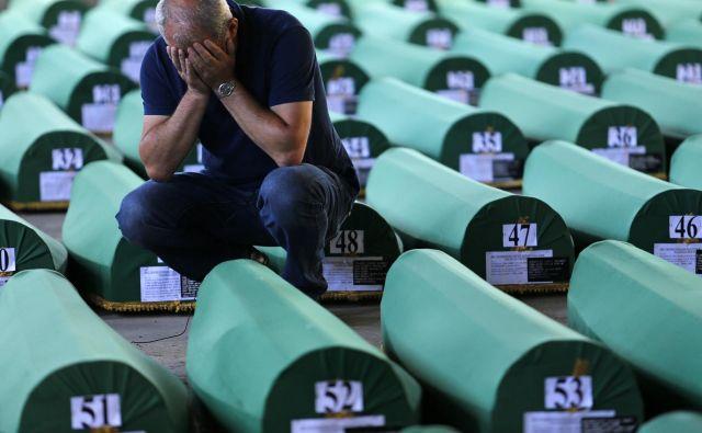 V povorkah avtomobilov, traktorjev in tovornjakov, ki vozijo mimo spominskega parka v Potočarih, plapolajo iste srbske zastave, v imenu katerih je bil storjen genocid. FOTO: Tomi Lombar/Delo