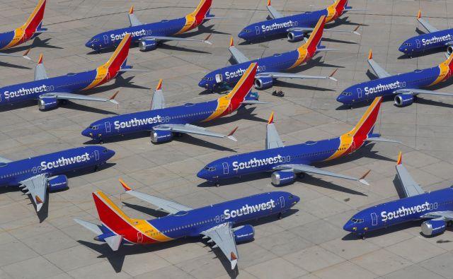 Prizemljeni boeingi 737 max letalskega prevoznika Southwest Airlines na letališču v Victorvillu v Kaliforniji. FOTO: Mike Blake/Reuters