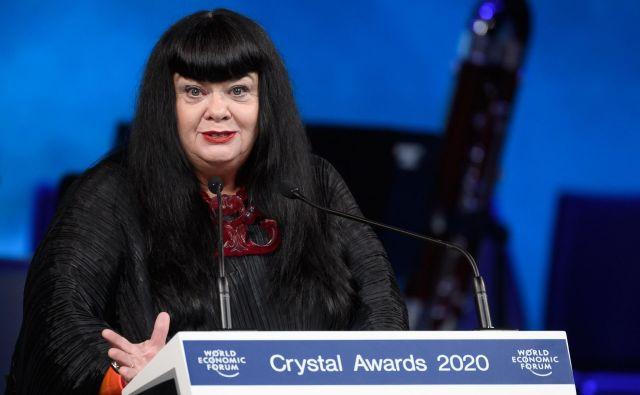 Avstralska umetnica Lynette Wallworth je v Davosu prejela kristalno nagrado, s katero Svetovni gospodarski forum nagrajuje izjemne graditelje mostov. FOTO:Fabrice Coffrini/AFP
