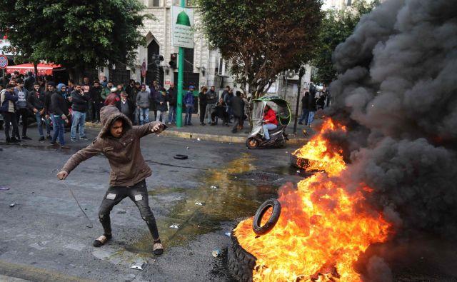 Prizor z današnjih protestov v Bejrutu. FOTO: Ibrahim Amro/AFP