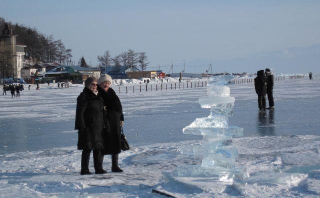 Ledena plošča je v vasi Listvjanka dovolj debela, da je varna za aerogliserje, sprehajalce in drsalce, ladje pa so pozimi vkopane v led. FOTO: Alen Steržaj