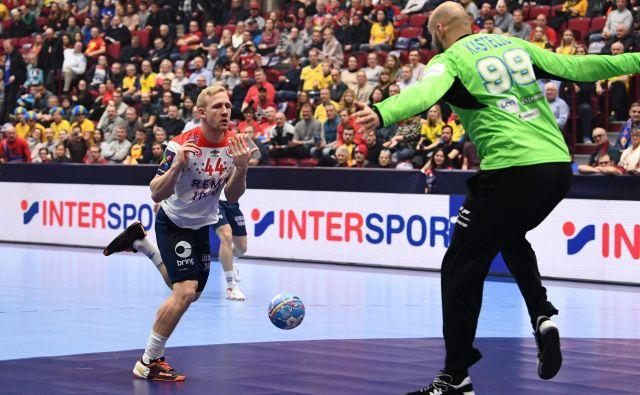 Slovensko-norveški rokometni dvoboj na evropskem prvenstvu ni imel več pravega tekmovalnega naboja, tako Norvežan Kevin Maagero Gulliksen kot slovenski vratar Urh Kastelic sta bila z mislimi že v polfinalnih tekmah. FOTO: AFP