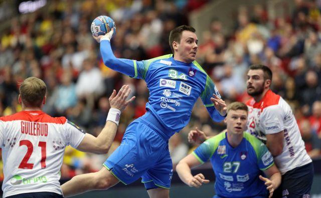 Slovenija z rezervisti v glavni vlogi, med katerimi je bil zelo viden Rok Ovniček, je resda izgubila z Norveško, a ohranila moči najboljših za polfinalni dvoboj z evropskimi prvaki Španci. FOTO: Reuters