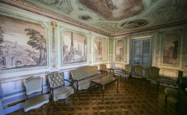 Stenske poslikave v tako imenovanem <em>piano nobile</em> so izvedene po grafični predlogi znamenitih beneških slikarjev.