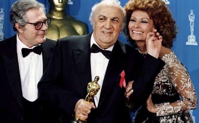 Na 65. podelitvi oskarjev v Los Angelesu je Federico Fellini prejel častnega oskarja za življenjsko delo. Spremljala sta ga Sophia Loren in Marcello Mastroianni. FOTO: Blake Sell/Reuters