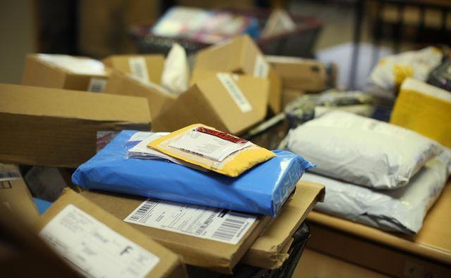 Ali bi kitajski virus lahko pripotoval v pismu, paketu ali z navadno razglednico?<br /> Foto Jure Eržen