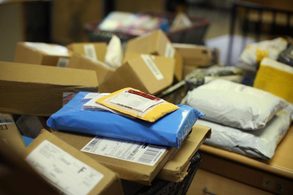 Če že prejmete pošiljko iz Kitajske ... Ko jo odprete, si ne vrtajte po nosu!