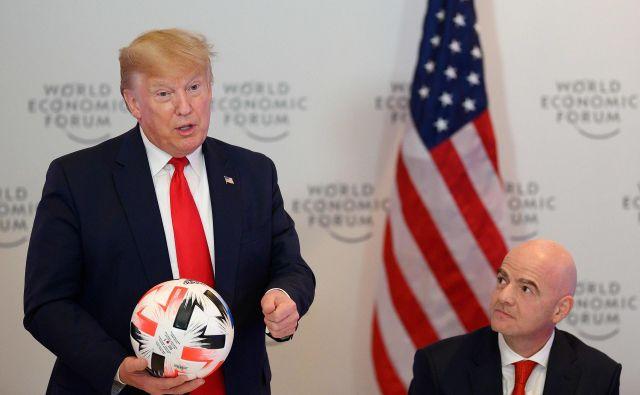 Ameriški predsednik Donald Trump z žogo, ki mu jo je podaril prvi mož Fife Gianni Infantino (desno). FOTO: AFP