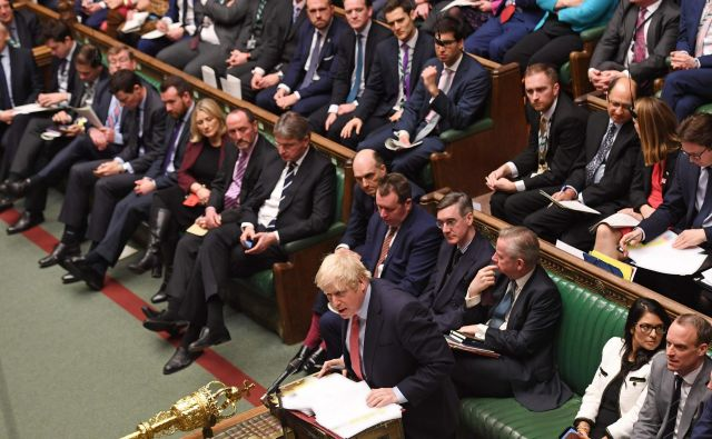 Britanski premier Boris Johnson med včerjašnjim odgovarjanjem na poslanska vprašanja. Foto: Jessica Taylor/Afp