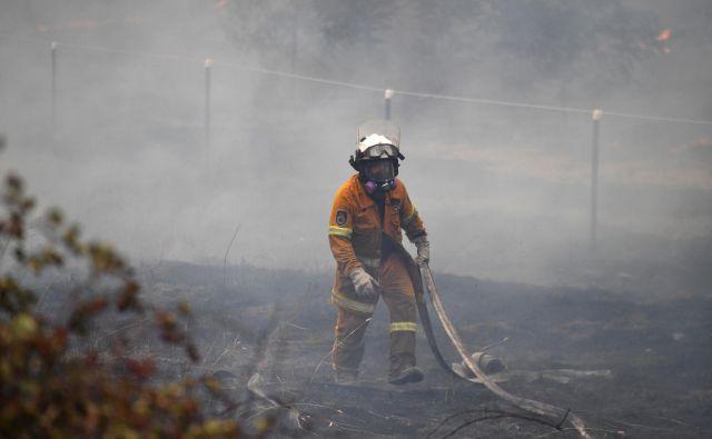 Gasilci zdaj poskušajo ustaviti požare pred glavnim mestom. FOTO: Stringer Reuters