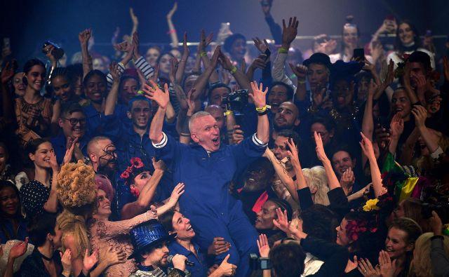 Gaultierjevo priljubljenost je pokazal tudi veliki finale, ko ga je množica njegovih občudovalcev pograbila kot kakšnega legendarnega glasbenega zvezdnika. FOTO: AFP