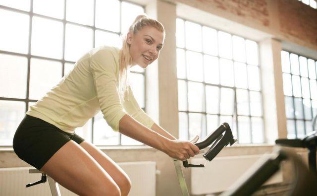 Če ste pripravljene na trening za moč, se najprej 10 do 15 minut ogrevajte z lahkotnim poganjanjem pedalov, potem pa si nastavite prenos tako, da boste nekaj minut vrtele pedale s kadenco od 80 do 90 obratov na minuto. Foto: Shutterstock