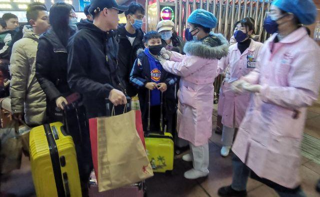 Največje število bolnih so diagnosticirali v Wuhanu, glavnem mestu osrednje pokrajine Hubei. FOTO: AFP