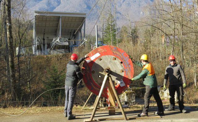 Delavci končujejo napenjanje nosilnih vrvi velikoplaninske nihalke. FOTO: Bojan Rajšek/Delo