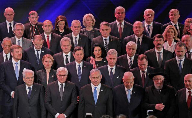 Izraelski premier Benjamin Netanjahu in izraelski predsednik Reuven Rivlin skupaj z množico svetovnih voditeljev na petem svetovnem o holokavstu v Jeruzalemu. Foto: Abir Sultan/Afp