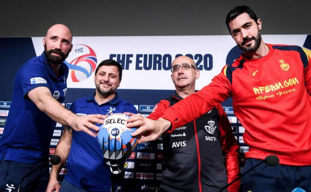 Novinarske konference so se udeležili oba kapetana in oba trenerja. FOTO: Erik Simander/AFP
