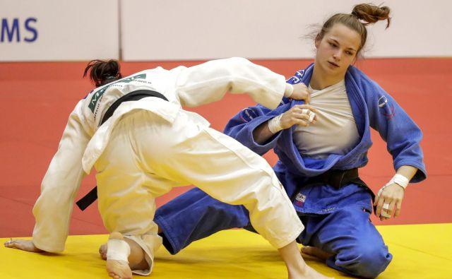 Kaja Kajzer (desno) je v Tel Avivu opravila z vsemi tekmicami v kategoriji do 57 kilogramov. FOTO: AFP