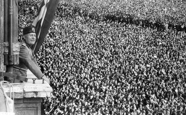Benito Mussolini in množica, ki ga podpira. Foto Fotodokumentacija