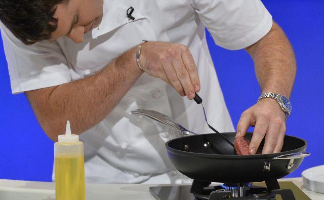 Kuharski mojster Richard McGeown je spekel prvo pleskavico, narejeno iz gojenega mesa. FOTO: Reuters