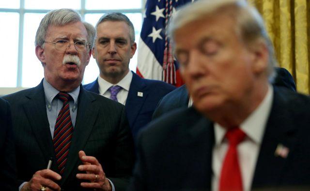 Ameriški predsednik Donald Trump in njegov že nekdanji svetovalec za nacionalno varnostJohn Bolton. FOTO: Leah Millis/Reuters