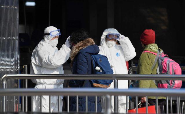 Vozovnice za javni prevoz preverjajo uslužbenci, oblečeni v varnostne obleke, grožnja virusa je velika. FOTO: Noel Celis/AFP
