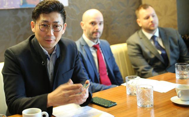 Lastnik in šef Kylin Prime Groupa Kai Dai (na levi) FOTO: Tomi Lombar/Delo