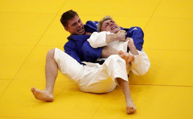 Martin Hojak (v modrem kimonu) je v obračunu za bronasto kolajno premagal Italijana Giovannija Esposita. FOTO: AFP