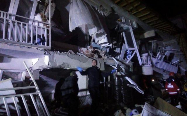 Reševalci ob porušenem objektu v pokrajini Elazig. FOTO: Reuters