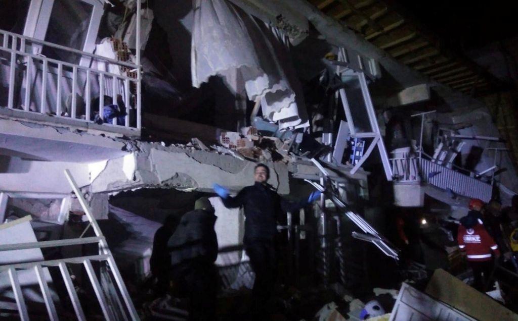 Močan potres v Turčiji zahteval najmanj štiri življenja