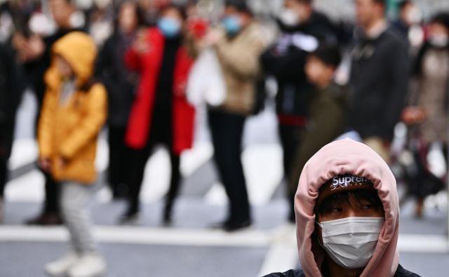 V mesto Wuhan, kjer je virus 31. decembra lani izbruhnil, je kitajska vojska poslala še 450 zdravstvenih delavcev. FOTO: Charly Triballeau/AFP