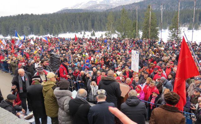 Planina Igman se je na današnji spominski slovesnosti šibila pod težo približno osem tisoč glave množice. FOTO: Bojan Rajšek/Delo