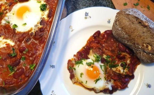 Na fižol razbijemo jajca in pečemo v pečici toliko časa, da so jajca na vrhu fižola pečena(približno 20 minut). Temperatura pečice 180 stopinj.Foto: Tanja Drinovec