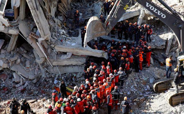 Turški predsednik <strong>Recep Tayyip Erdogan</strong> je danes obljubil, da bodo uničene in poškodovane hiše čim prej na novo zgradili ali obnovili. FOTO: Umit Bektas/Reuters