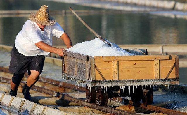 Na splošno velja, da naj bo največji dnevni vnos soli 5 g na dan.Foto: Tomi Lombar