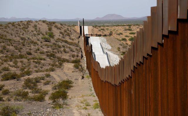 Da bi bili arhitekti vredni svoje humanistične dediščine in da bi si spet prislužili spoštovano mesto v družbi, bi morali kot posamezniki in stroka uničevati mejni zid. FOTO: Jose Luis Gonzalez/Reuters