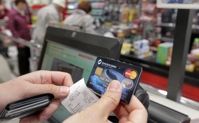 Številka plačilne kartice in drugi z njo povezani podatki so zaupni in edinstveni, zato jih ne razkrivajte nikomur, tudi če vas po njih povpraša. Foto Ljubo Vukelič