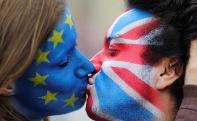 Britansko-evropski poljub FOTO: Hannibal Hanschke/Reuters