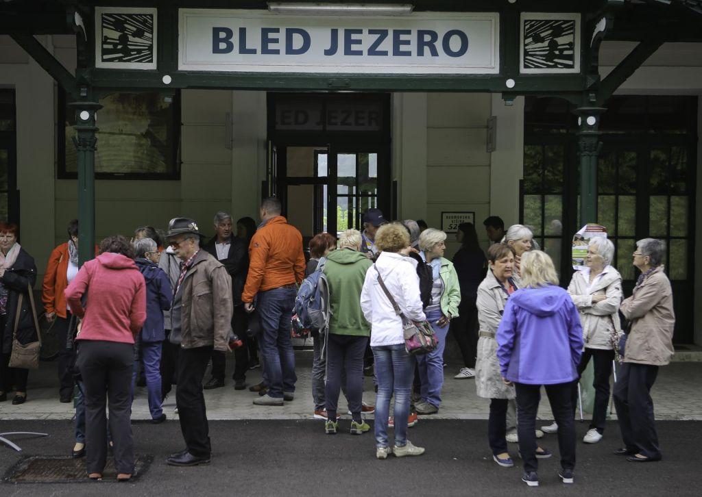 FOTO:Ozaveščeni potniki se ozirajo za vlaki