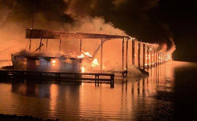 Več ladij, ki so jih pogoltnili plameni, je bilo rezidenčnih, lastniki so jih uporabljali za svoj dom. Ogenj jih je presenetil med spanjem. FOTO: Southern Torch/Reuters