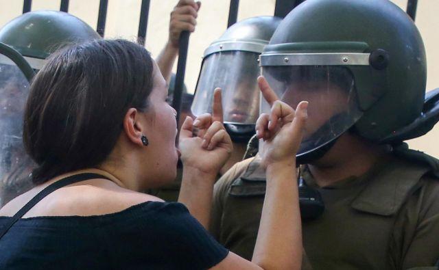 V Santiagu, glavnem mestu Čila, potekajo protesti, na katerih poskušajo študenti bojkotirati univerzitetni sprejemni izpit, saj vodstvo univerz obtožujejo neenakosti in elitizma. FOTO: Edgard Garrido/Reuters<br />