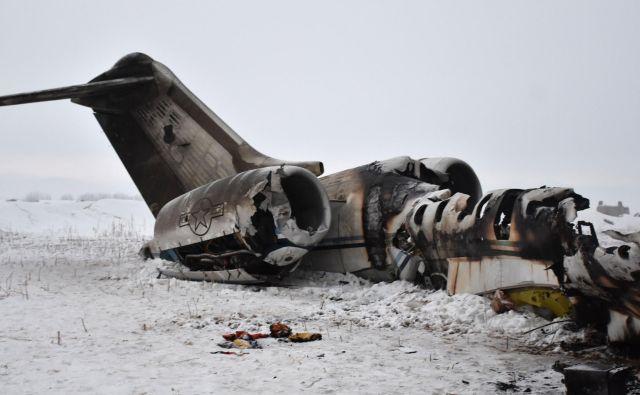 Vojaško letalo E-11A je strmoglavilo v hribovitem predelu province Gazni. FOTO: AFP