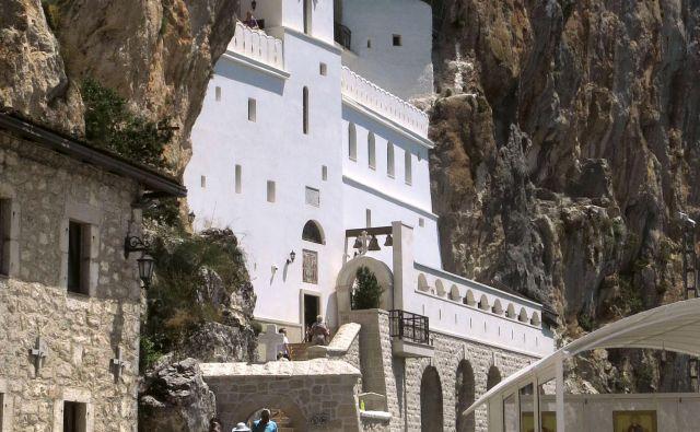 Samostan Ostrog v Črni gori bo po zakonu o verski svobodi pripadel državi. Foto Blaž Samec