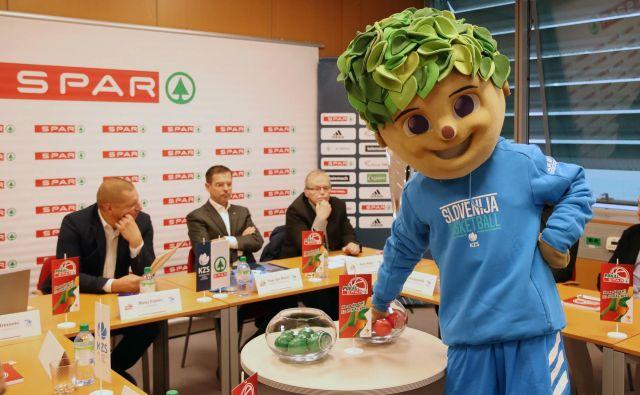 Četrtfinalne pare pokala Spar je določil Lipko. V ozadju predsednik KZS Matej Erjavec (levo) in Igor Mervič (v sredini), direktor podjeta Spar Slovenija. FOTO: KZS
