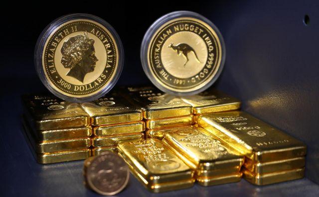 Investitorji iščejo varnost in zato kupujejo obveznice, zlato in varnejše valute. FOTO: Reuters